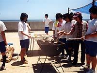 とれた魚を、早速浜で網焼きにして豪快にいただきます!